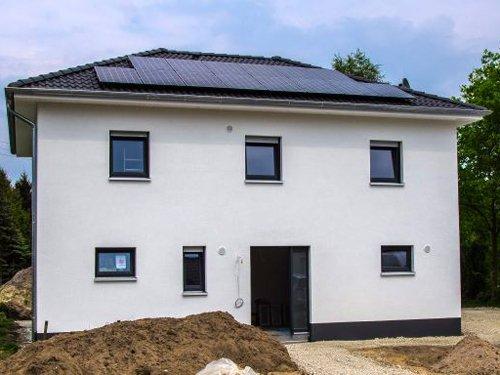 Frontansicht des Neubaus mit KfW 55 Standard