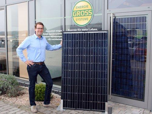 Björn Groß mit Solarmodul