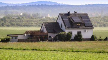 Einfamilienhaus mit Solaranlage in der Landschaft