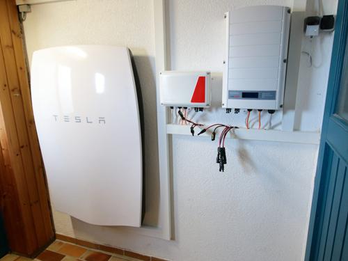 solarenergie stromspeicher tesla energiesysteme gro. Black Bedroom Furniture Sets. Home Design Ideas