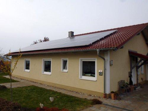 Leistungsstarke Solarmodule auf Bungalow