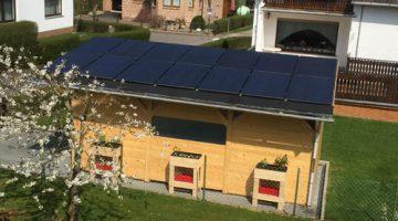 Fertiges Carport mit Solarmodulen von oben