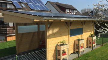 Fertiges Carport mit Solarmodulen