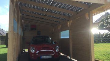 Carport mit Solarmodulen (Sicht von unten vorne)