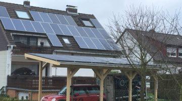 Caport mit Solarmodulen