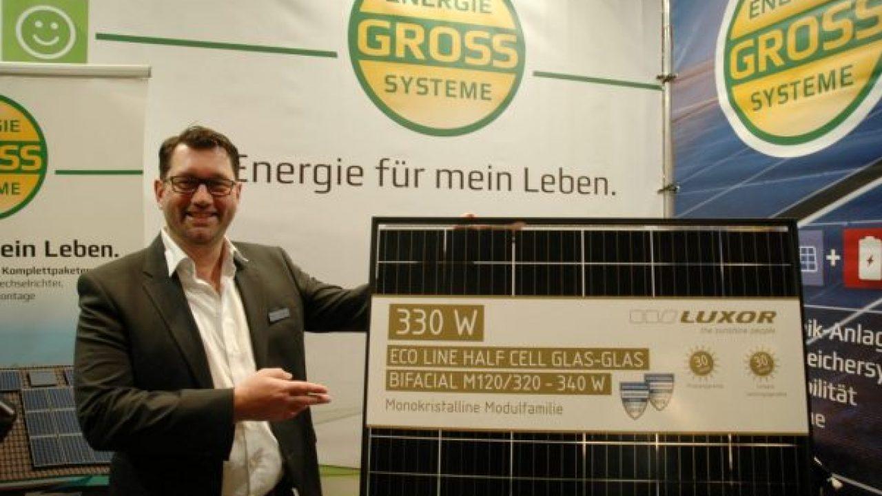 Mark Lohe mit bifazialem Solarmodul
