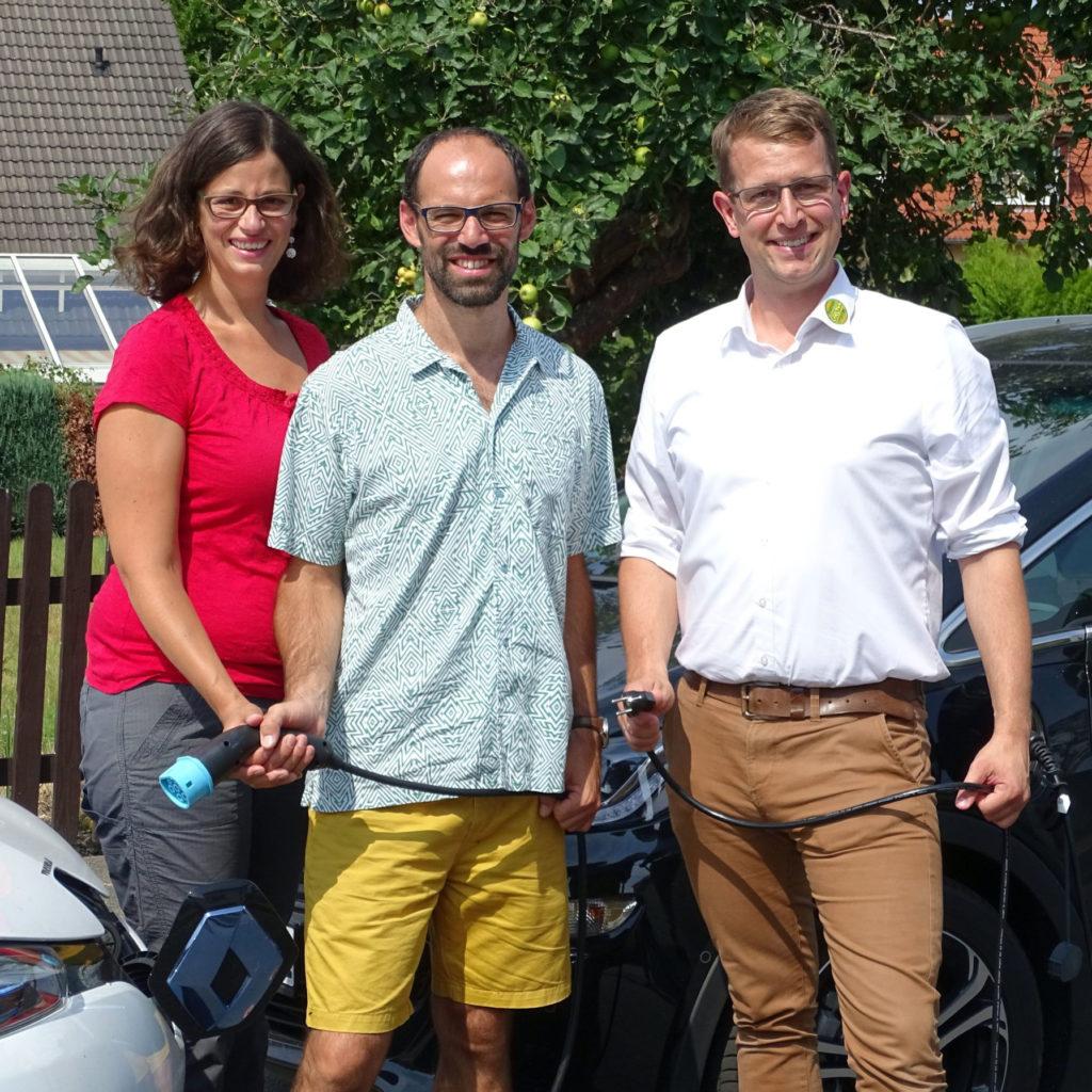 Lisa und Felix Löber mit der PV-Anlage von Energiesysteme Groß und Geschäftsführer Björn Groß