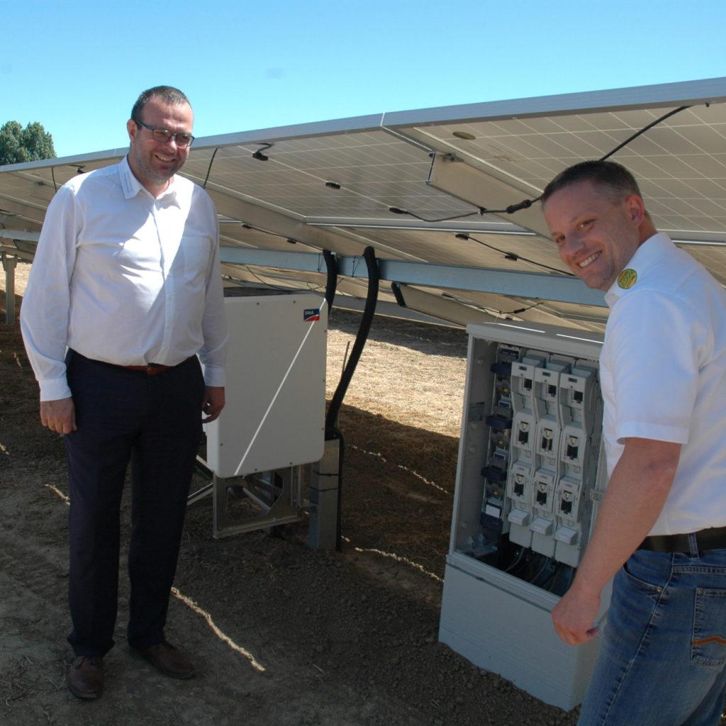 Unternehmer Knut Friedrich und Projektleiter Jens Dörbaum vor Freiflächeanlage
